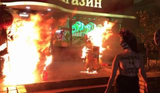 Феминистки устроили пожар у магазина «Roshen» в Киеве, требуя импичмента Порошенко