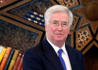 Из-за обвинений в домогательстве министр обороны Великобритании подал в отставку