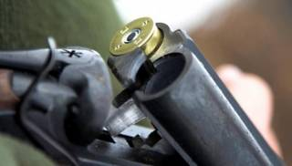 В Николаевской области пьяный охотник случайно выстрелил в детей. Одна девочка — в коме