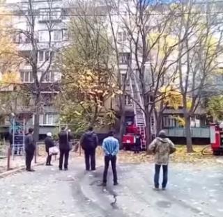 В результате мощного пожара в столичной многоэтажке погиб мужчина