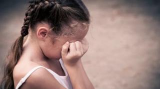 На Донетчине пьяный подросток надругался над школьницей, силой затащив ее к разрушенному общежитию