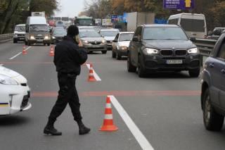 Тотальная проверка на въездах в Киев продолжается. Досматривают тонированные автомобили и людей «спортивной внешности»