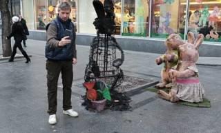 Во Львове у магазина Roshen неизвестные вандалы сожгли игрушечных зайчиков