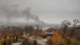 Бомжи подожгли свалку на Гидропарке. Дым от пожара было видно на правом берегу Киева