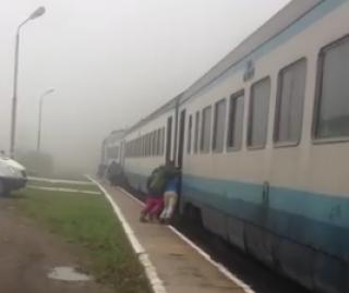 На Закарпатье пассажирам пришлось с толкача заводить поезд