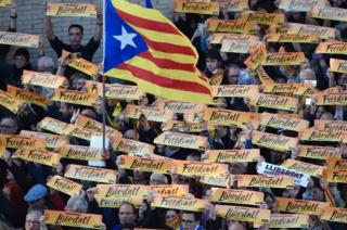 Сотни тысяч каталонцев вышли на улицы Барселоны в поддержку экс-правительства автономии