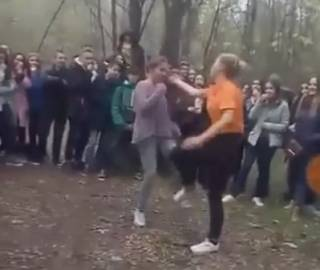 На Херсонщине девочка-подросток жестоко избила сверстницу на глазах у толпы зевак