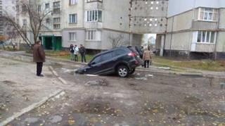 В Сумах автомобиль посреди улицы «нырнул» под асфальт. Водитель едва успел выскочить