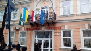 Между Украиной и Венгрией разразился очередной дипломатический скандал. На этот раз из-за флага