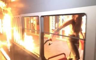 В Киеве сотрудники полиции затолкали активистку Femen в микроавтобус и увезли в неизвестном направлении