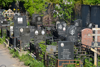 Власти Днепра запретили огораживать могилы на кладбищах