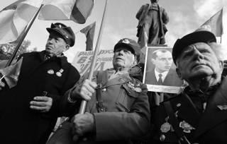 Хроники отечественного национал-идиотизма: без 8 Марта и в кольце врагов