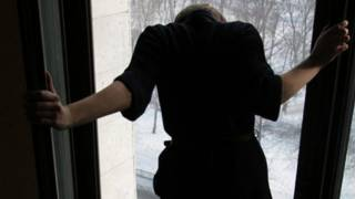 В Киеве школьница выбросилась из окна из-за того, что мать забрала у нее планшет