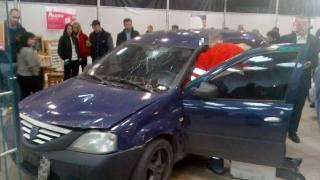 В Харькове парень в жилетке «Новой почты» решил прокатиться на своем авто по торговому центру