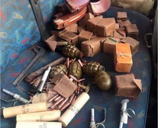 За последние сутки правоохранители выявили сразу три автомобиля с целыми арсеналами оружия