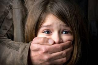 На Харьковщине ранее сидевший мужчина изнасиловал маленькую девочку