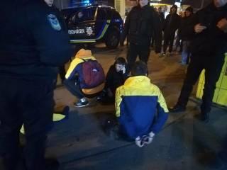 В Киеве толпа подростков разнесла несколько ларьков и ограбила киоск «Спортлото»