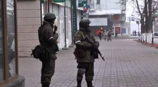 Центр Луганска по-прежнему оцеплен вооруженным людьми. Жители массово покидают город, – СМИ