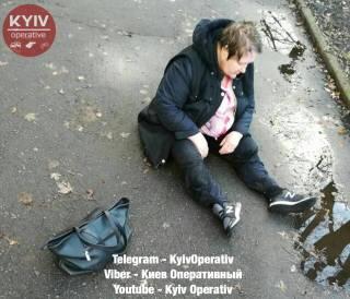 В Киеве в доску пьяная женщина-водитель выпала из автомобиля и уснула на асфальте