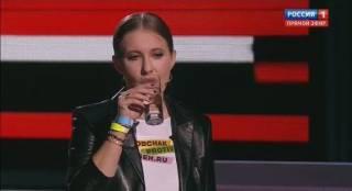 Собчак выступила на эфире у российского пропагандиста с желто-синим браслетом на руке и «бандеровским флагом» за спиной