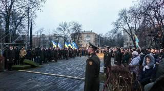 Солдат почетного караула упал в обморок перед Порошенко. Говорят, фуражка голову передавила