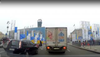 На Крещатике горе-мать с коляской решила перейти оживленную дорогу из 8 полос. Соцсети в шоке