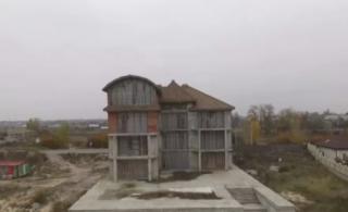 Теща завхоза Нацполиии оказалась счастливой владелицей элитного авто и шикарного особняка под Киевом