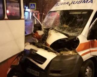 Парадоксальное ДТП в Харькове: на пустой дороге «скорая помощь» не смогла разминуться со стоящим троллейбусом