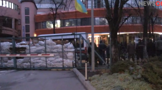 Журналисты «NewsOne» заявили о том, что неизвестные заблокировали вход в здание телеканала