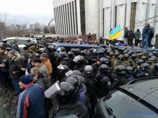 «Не отдавайте Мишу, они его убьют»: разъяренная толпа не дает правоохранителям увезти Саакашвили
