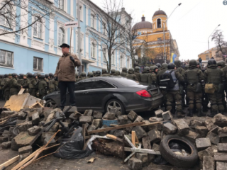 Активисты начали строить в центре Киева баррикады