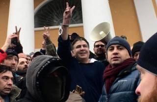 Сторонники Саакашвили освободили его из машины СБУ и дружной толпой двинулись в сторону Верховной Рады