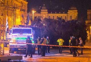 Дежавю: на фоне массовых протестов главную елку страны таки доставили в столицу