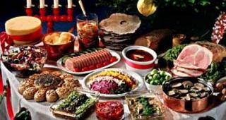 В Коростене чиновники вдоволь отведали деликатесов за здоровье инвалидов, оставив виновникам торжества только булки и печенье