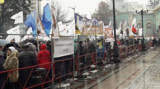 Под Радой нынче митингуют все, кому не лень. Кроме Саакашвили