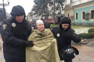 У здания ВРУ голая женщина оригинально потребовала от Порошенко и Саакашвили оставить всех в покое
