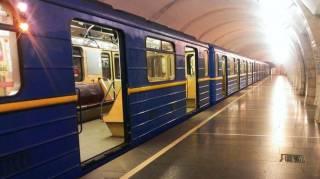 В киевском метро голый мужчина пугал пассажиров и бросался на копов