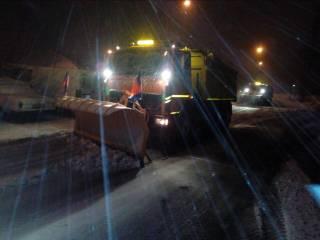 Со снегом в Киеве борются любыми способами, даже наплевав на ПДД и провоцируя аварии