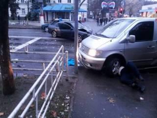 В центре Херсона микроавтобус на «зебре» сбил пешеходов