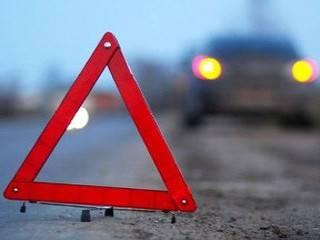 В Киеве автомобиль вылетел на остановку общественного транспорта и травмировал ребенка