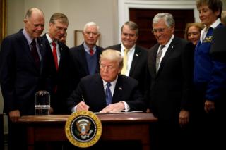 Трамп возобновил полеты американцев на Луну