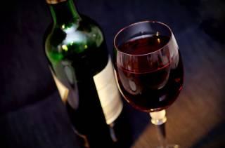 Британские ученые установили, что люди стали больше пить, потому что им стали больше наливать