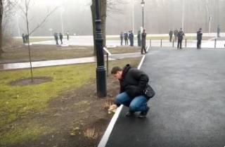 В Харькове мужчины с тряпочками мыли бордюры, встречая президентов Украины и Польши