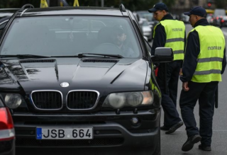 Журналисты выяснили, что чиновники и сами не прочь покататься на «евробляхах». И не только на авто