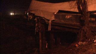 В Запорожье груженная фура снесла мост