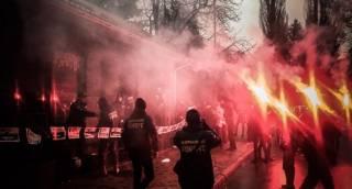 Активисты «Нацкорпуса» устроили потасовку с полицией в Кременчуге. К райотделу привезли шины