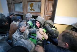 Митинг Саакашвили перерос в настоящее побоище под Октябрьским дворцом. Пострадали 60 нацгвардейцев