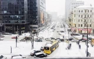 Из-за непогоды Киев замер в пробках. Крупногабаритный транспорт не пускают в город