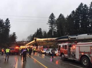 В США пассажирский поезд рухнул на оживленную магистраль