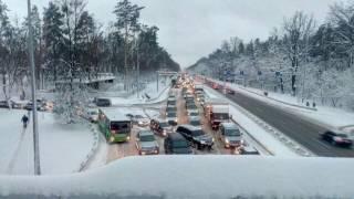Подъезды к Киеву из-за снегопада заблокированы. Люди не могут добраться на работу